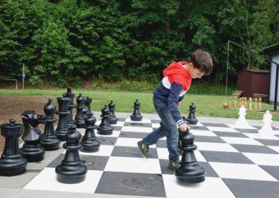 DSC09777 kluk a šachy