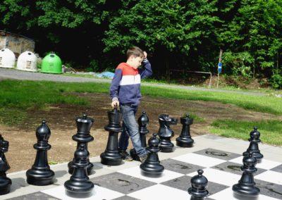 DSC09780 kluk a šachy